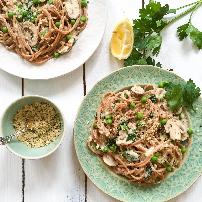 Healthy Spaghetti Carbonara with Creamy Cauliflower-Sauce and Superfood Parmesan