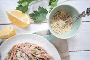 Healthy Spaghetti Carbonara with Creamy Cauliflower-Sauce and Superfood Parmesan