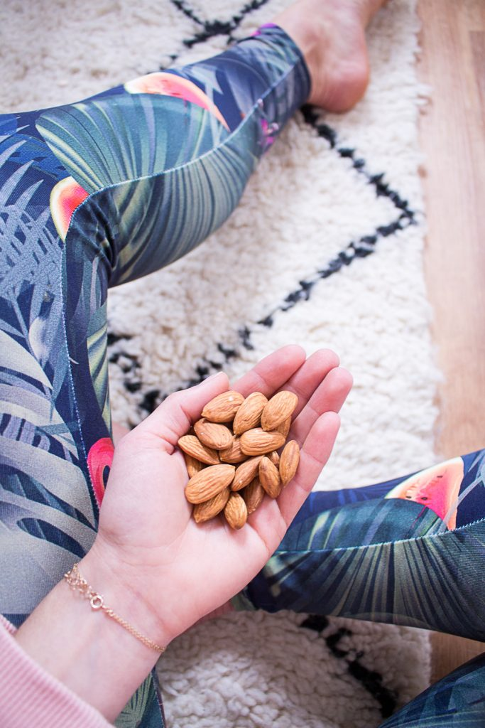 Natural snacks: almonds, the perfect companion for the office, university, sports or on the go - heavenlynnhealthy.com